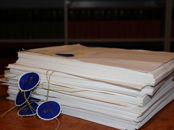 Överlämnade remisser till lagrådet. Foto Lagrådet