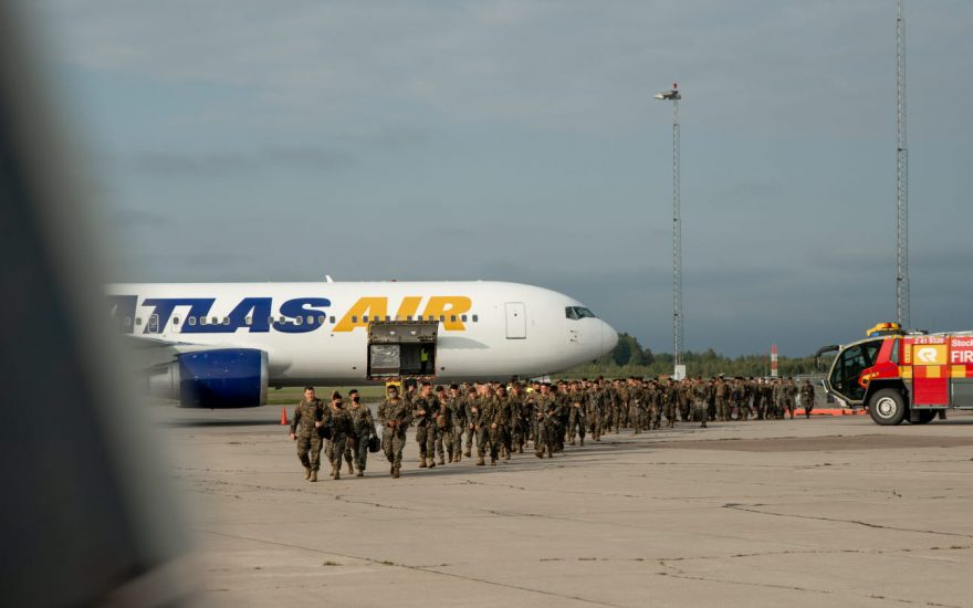 Amerikanska militärer går över plattan på flygplatsen